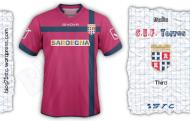 per la terza maglia ho scelto il colore del gonfalone del comune di Sassari. lo stemma è posizionato al centro di una croce blu. sotto lo sponsor è presente una serigrafia della torre presente nello scudetto.
